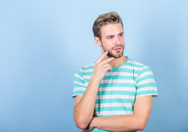Seksowny macho w przypadkowym stylu M?ska moda i pi?kno doskonalić spojrzenie mięśniowy mężczyzna lata mody Nieogolony studencki  fotografia royalty free