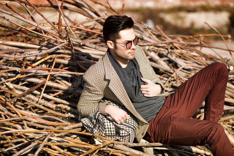 Seksowny moda mężczyzna model ubierał eleganckiego mienia torba fotografia royalty free