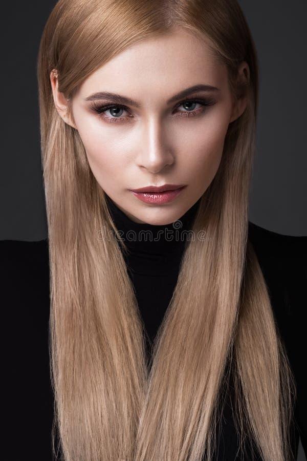Seksowny moda model z długie włosy, młodymi oczami, Europejskimi atrakcyjnymi, pięknymi, pełne wargi, perfect skóra pozuje wewnąt fotografia royalty free