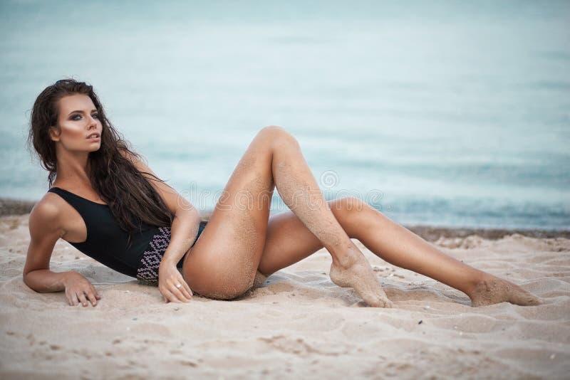 Seksowny moda portret młoda piękna kobieta w czarnym swinsuit obrazy stock