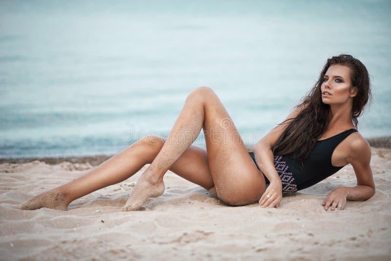 Seksowny moda portret młoda piękna kobieta w czarnym swinsuit obraz stock