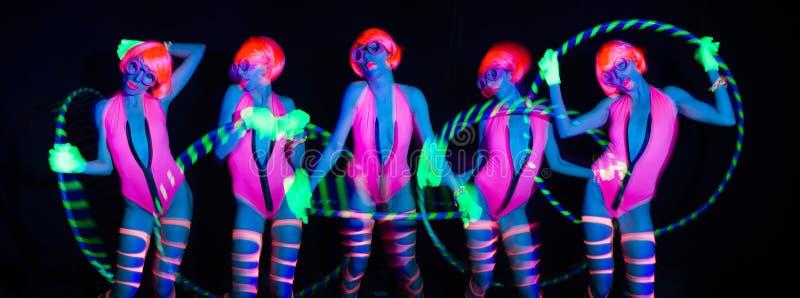 Seksowny neonowy ultrafioletowy jarzeniowy tancerz z hulahoop fotografia royalty free