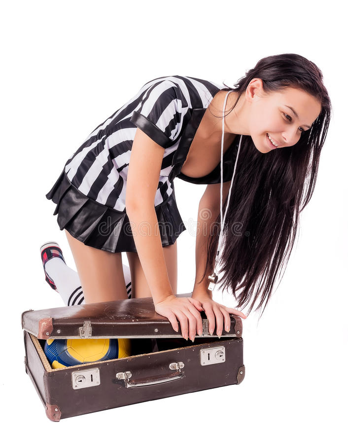 Seksowny piłka nożna arbiter pakuje piłkę w walizkę obraz stock