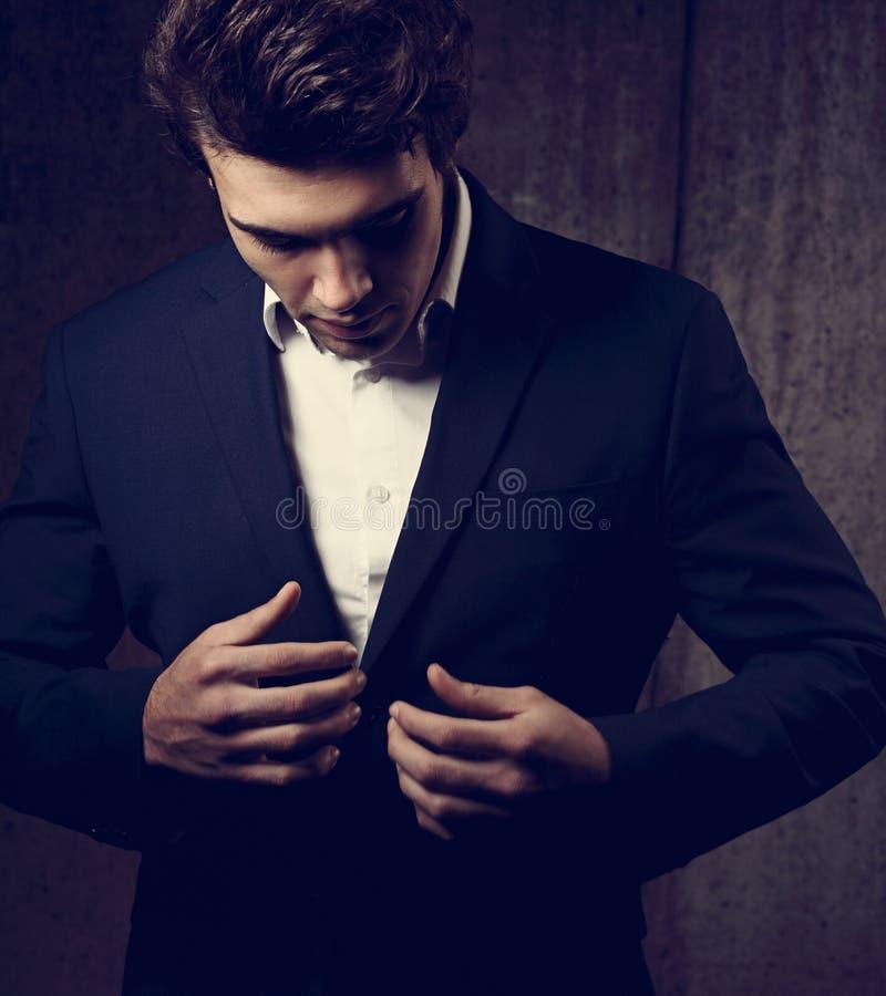 Seksowny przystojny biznesowy mężczyzna w czarnym moda kostiumu i biel projektujemy zdjęcie royalty free