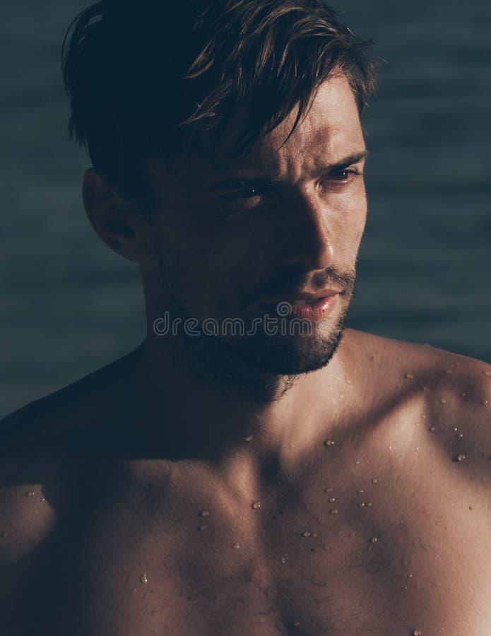 Seksowny przystojny Kaukaski młody człowiek patrzeje na boku zdjęcie royalty free