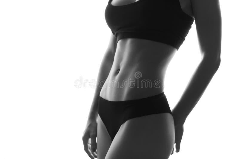 Seksowny schudnięcie napadu kobiety ciała abs Umięśniony podbrzusze sportswear isola zdjęcia royalty free