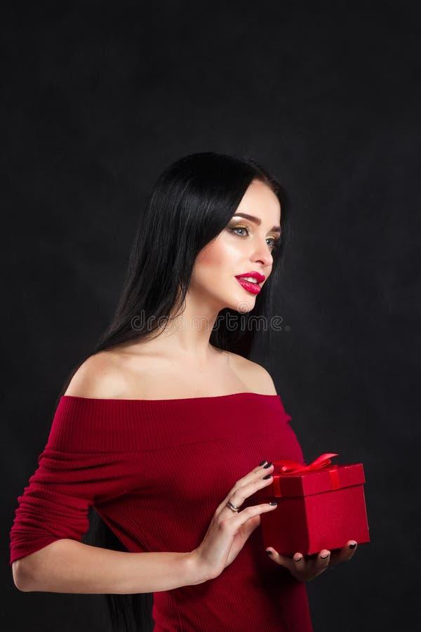 Seksowny walentynka modela dziewczyny portret Z prezenta czerwonym pudełkiem brunetki wspaniała młoda kobieta robi perfect up Wal obraz royalty free