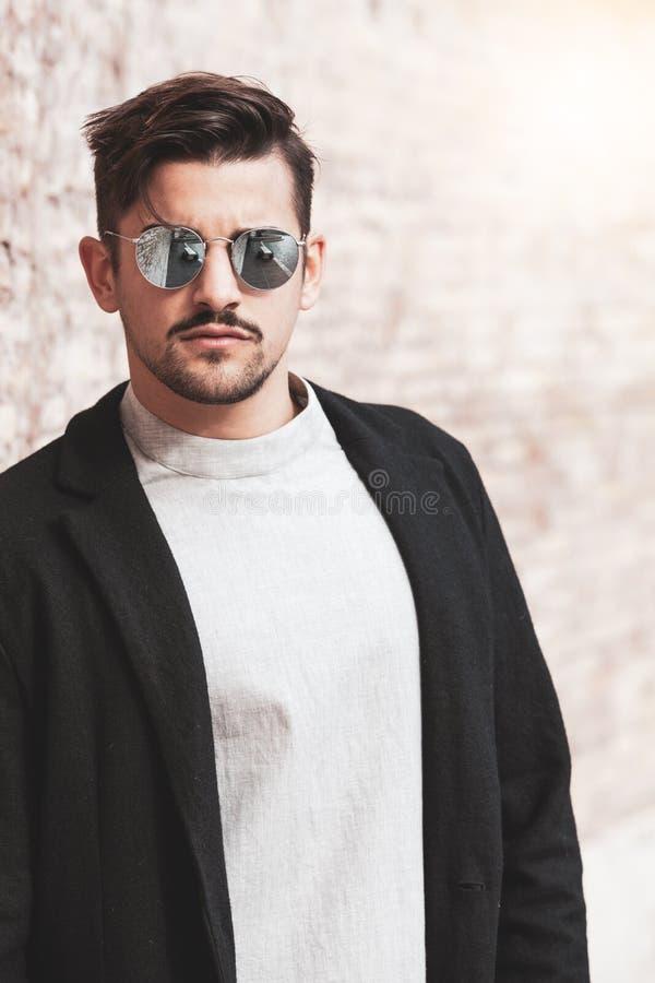 Seksowny wspaniały elegancki mężczyzna sunglasses Miasto styl Piękny i powabny mężczyzna z okularami przeciwsłonecznymi outdoors obraz royalty free