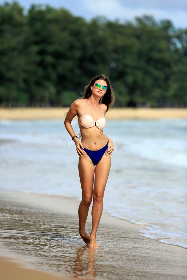 Seksowny wzorcowy pozować przy tropikalną plażą obraz royalty free