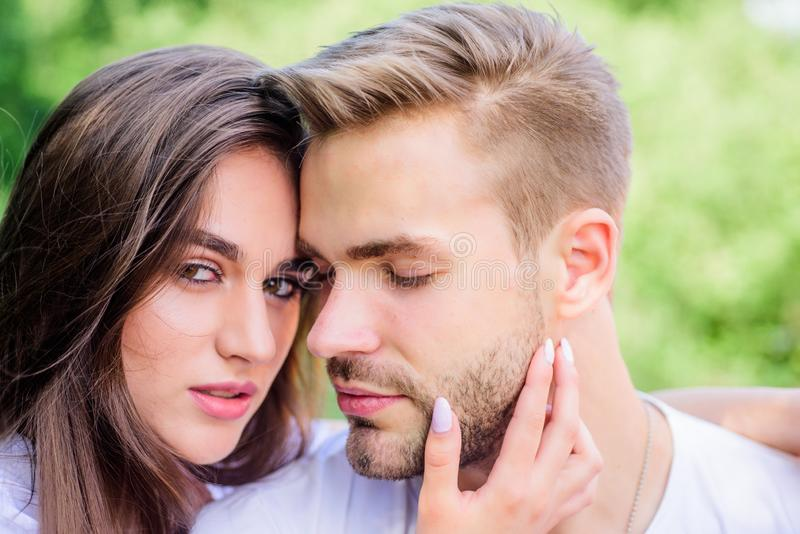 Seksuele aantrekkelijkheid Romantische datum Knap mensen mooi meisje in liefde Aantrekkelijk paar Het ontspannen met schat minnaa stock afbeelding