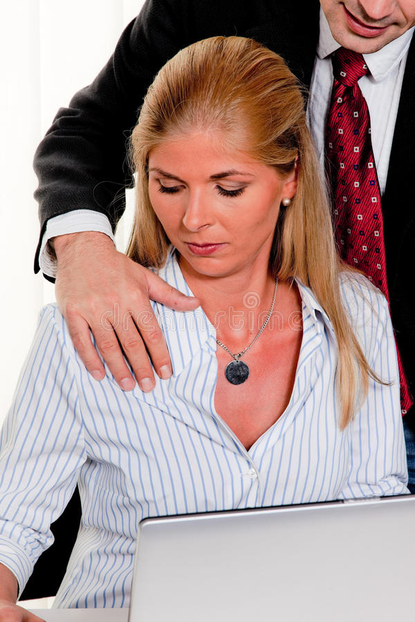 Seksuele kwelling op het werk in het bureau royalty-vrije stock afbeelding