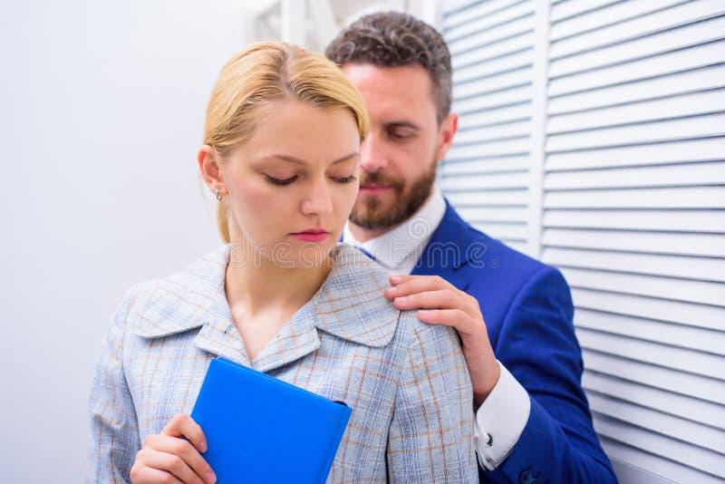 Seksuele kwelling op het werk Seksuele intimidatie tussen collega's en het flirten in bureau Slachtoffer van seksuele aanval en stock foto