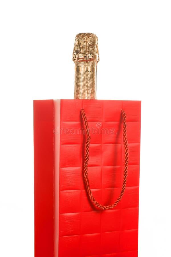 Sektflasche in rote Geschenktasche lokalisierte lizenzfreies stockbild