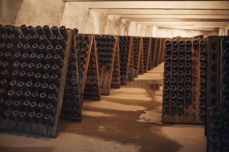 Sektglasflaschen in der Weinkellerei stockfotos