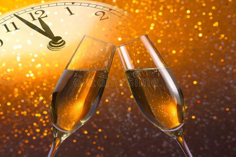 Sektkelche mit goldenen Blasen auf goldenem hellem bokeh Hintergrund lizenzfreie abbildung