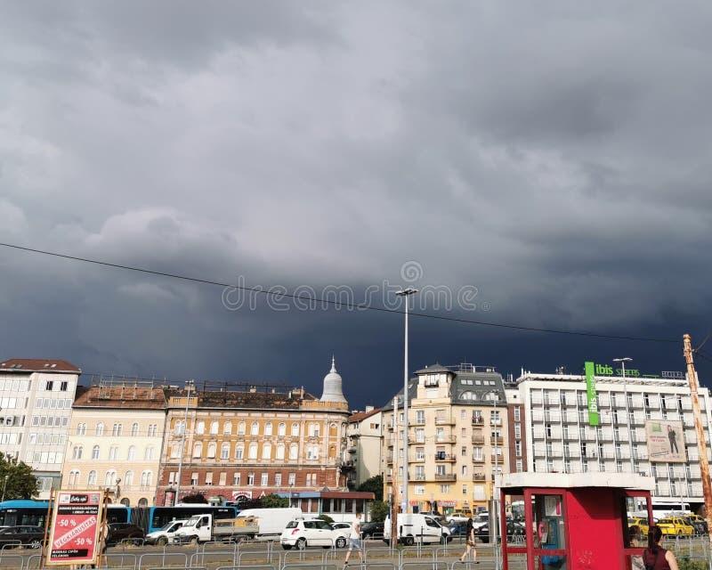 Sekunder, för stormen slår staden arkivfoto