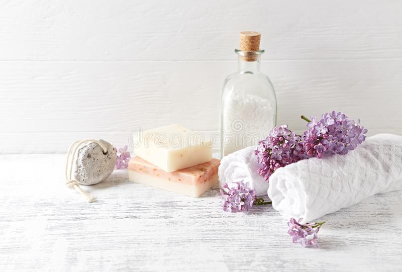 Sel de bain naturel, savon, serviettes de coton et image symbolique de fleurs de lilas photographie stock