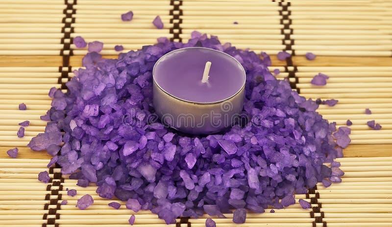Sel de bain violet avec la bougie photo libre de droits