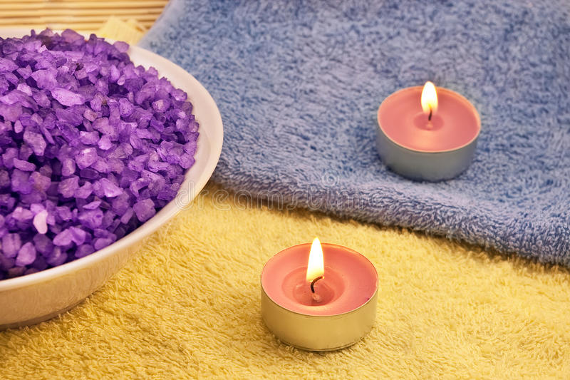 Sel de bain violet et deux bougies photo libre de droits