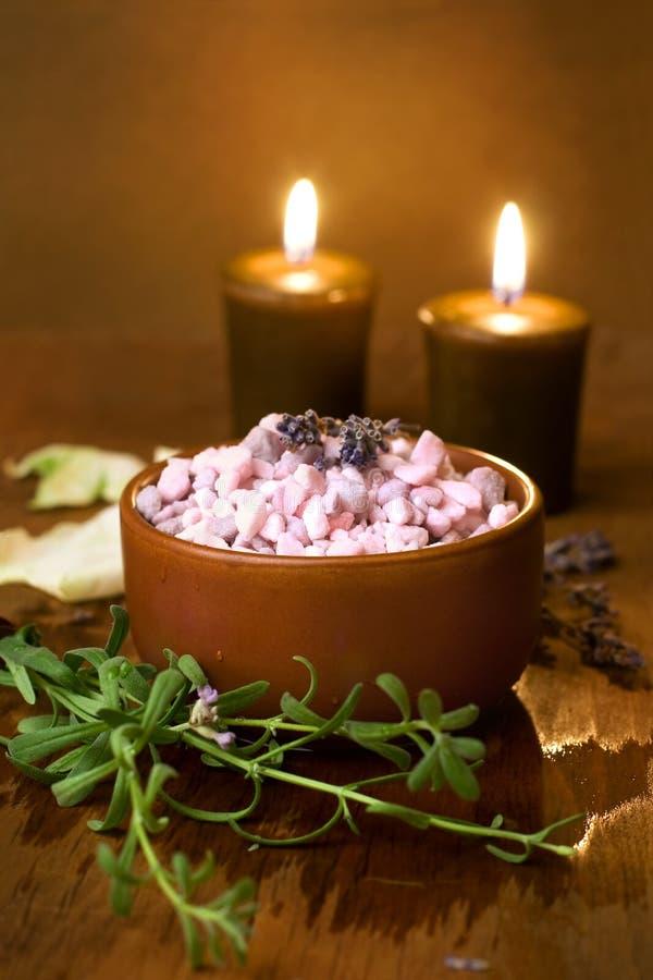 Sel de Bath avec des bougies. image stock