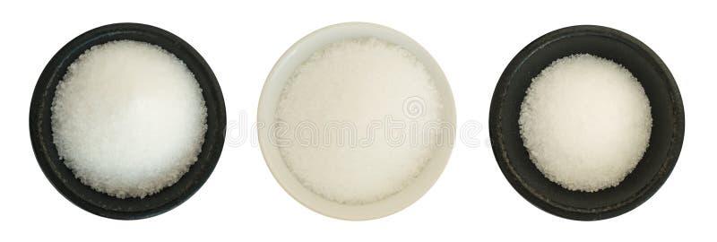 Sel de mer blanche dans une cuvette ronde d'isolement image libre de droits