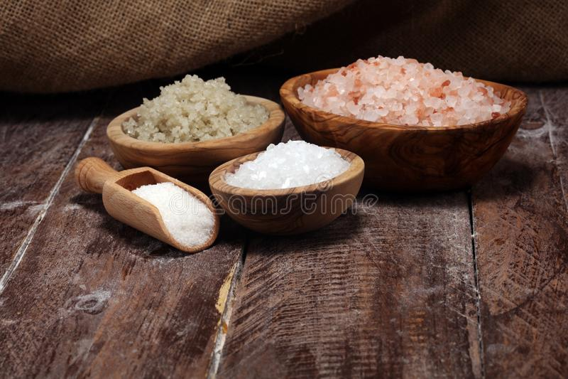 Sel de mer dans la cuvette Cristaux de sel sur la table et le sel de l'Himalaya photos stock