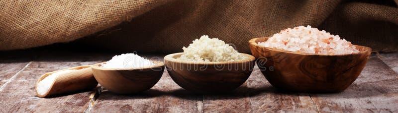 Sel de mer dans la cuvette Cristaux de sel sur la table et le sel de l'Himalaya photos libres de droits
