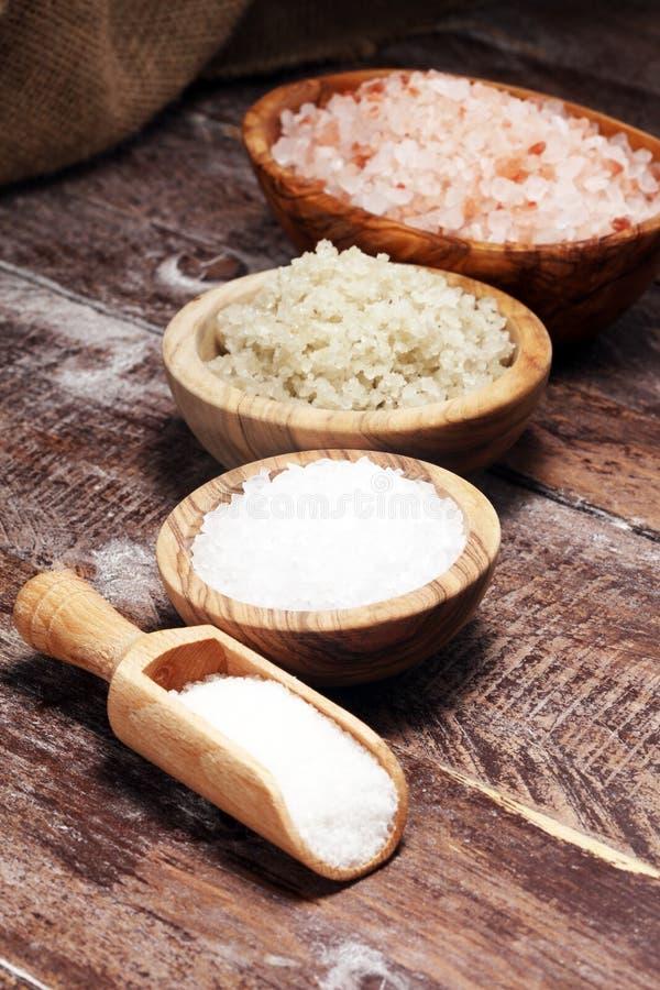 Sel de mer dans la cuvette Cristaux de sel sur la table et le sel de l'Himalaya photographie stock