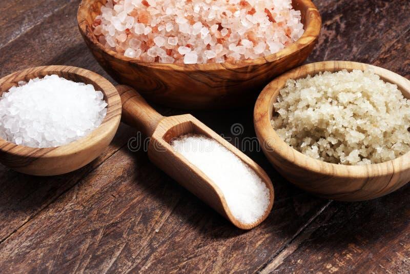 Sel de mer dans la cuvette Cristaux de sel sur la table et le sel de l'Himalaya photographie stock libre de droits