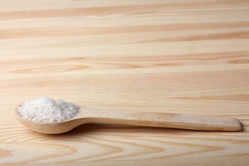 Sel de mer sur la cuillère en bois image stock