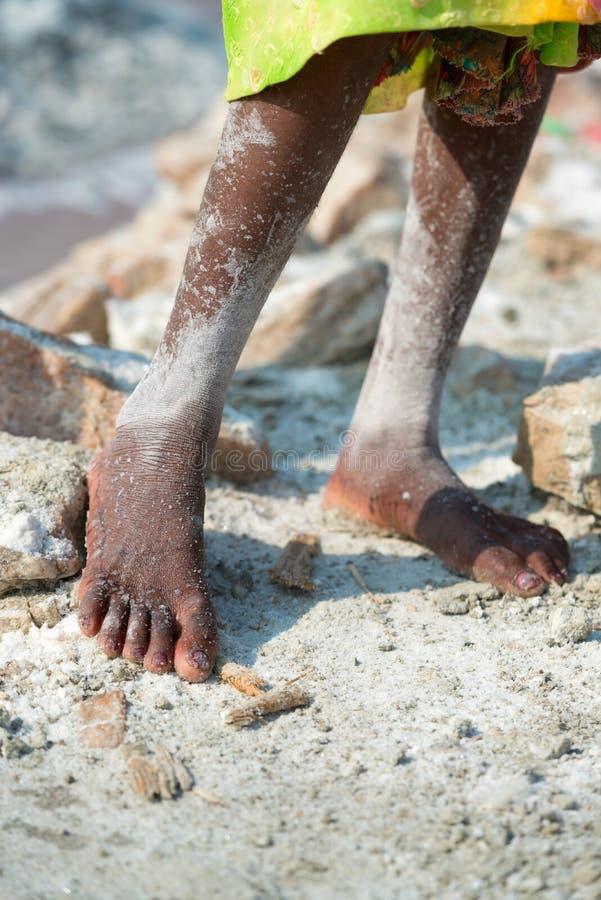 Sel de pieds de travailleur dans la ferme de sel images libres de droits