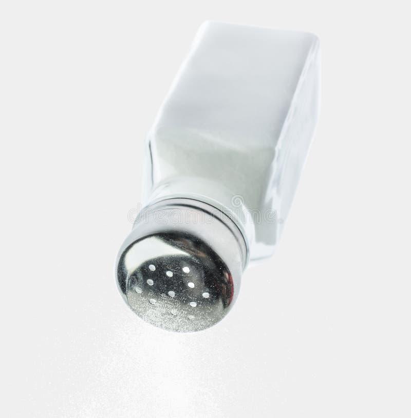 Sel de versement d'un dispositif trembleur de sel photographie stock