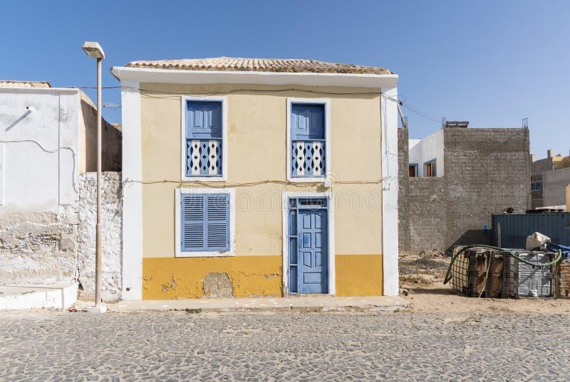 Sel jaune et bleu Rei de construction résidentielle photos libres de droits