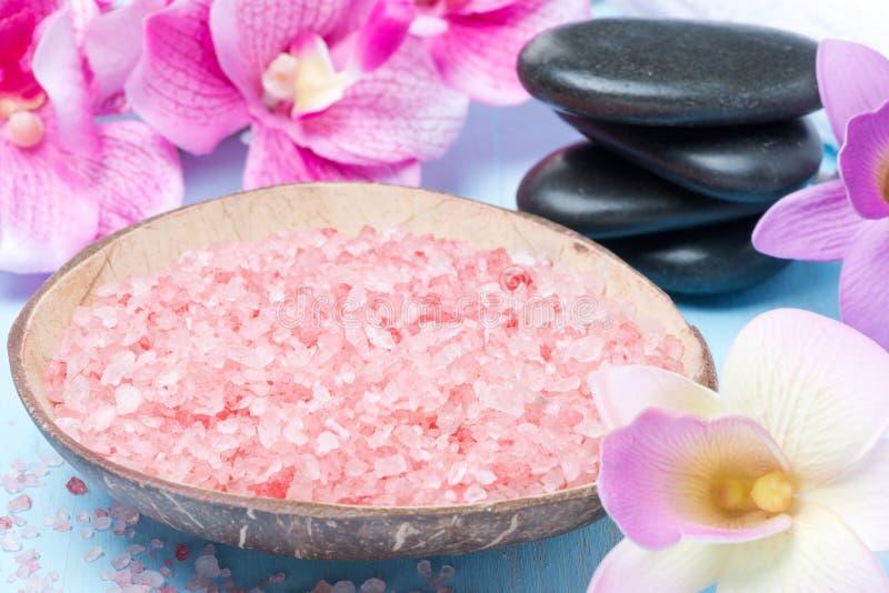 Sel rose de mer, pierres pour la station thermale, fleurs et serviettes images libres de droits