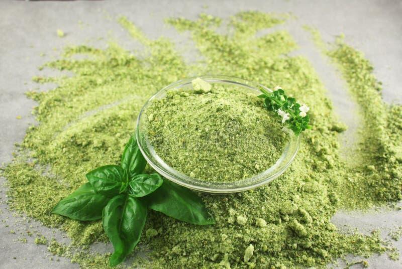 Sel vert avec le basilic photographie stock libre de droits