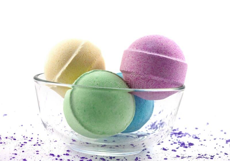 Sel violet et billes multicolores de bain photographie stock libre de droits