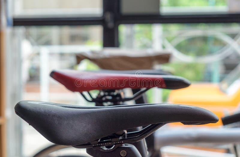 A sela bikes o vintage moderno imagens de stock