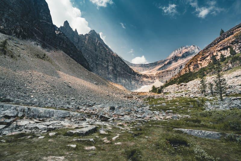 Sela da montagem e lago Agnes no parque nacional de Banff - Alberta, Canadá fotografia de stock royalty free