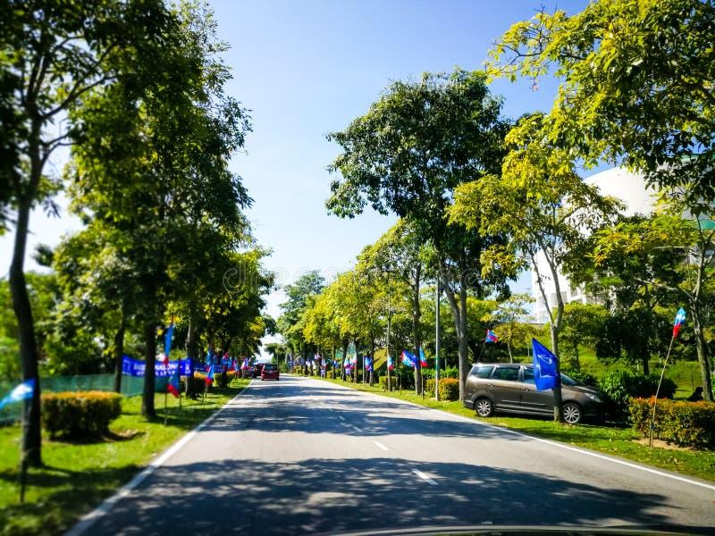 SELANGOR, МАЛАЙЗИЯ - 28-ое апреля 2018: флаги и знамена политических партий которые будут участвовать в ` s 14-ом Малайзии общем  стоковые фотографии rf