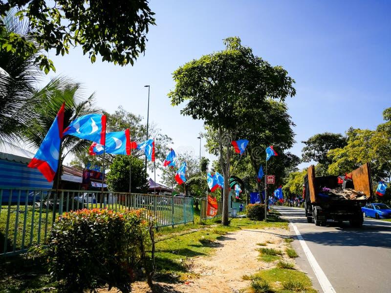 SELANGOR, MALÁSIA - 28 de abril de 2018: as bandeiras e as bandeiras dos partidos políticos que participarão no ` s 14o de Malási foto de stock