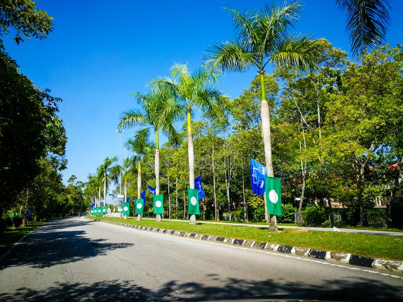 SELANGOR, MALAYSIA - 28. April 2018: Flaggen und Fahnen von politischen Parteien, die an Malaysia-` s 14. allgemein teilnehmen, w lizenzfreie stockfotos