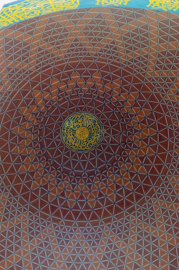 SELANGOR MALAYSIA - JANUARI 03: Inre av öde i den mellersta Shah Alam moskén på januari 03, 2015 arkivfoton