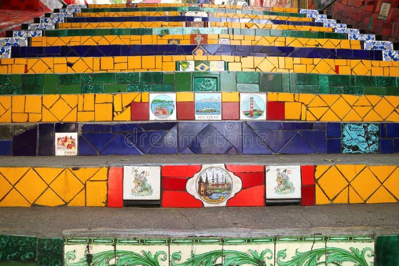 Selaron-Schritte oder Escadaria Selaron hat 215 Schritte, die herein über 2000 Fliesen umfasst werden, die auf der ganzen Welt vo lizenzfreie stockbilder