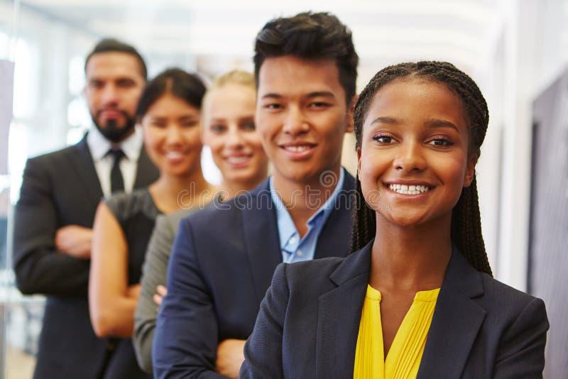 Selbstüberzeugte Geschäftsfrau und ihr Team stockbilder