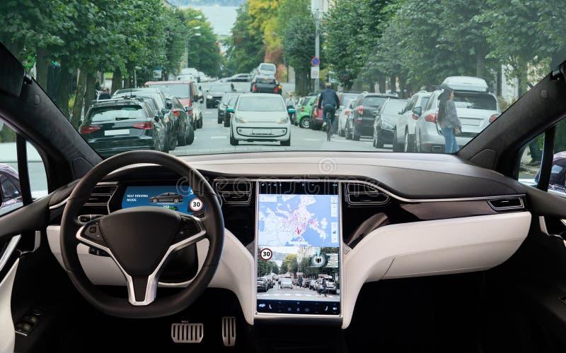 Selbst, der Elektroauto auf einer Stadtstraße fährt stockbilder
