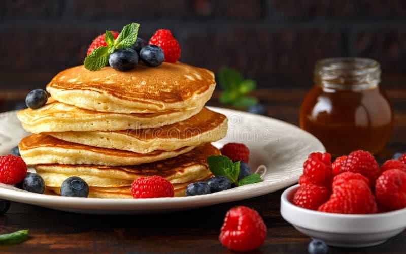 Selbst gemachte amerikanische Blaubeere, Himbeerpfannkuchen Rustikale Art des gesunden Morgenfrühstücks lizenzfreie stockbilder