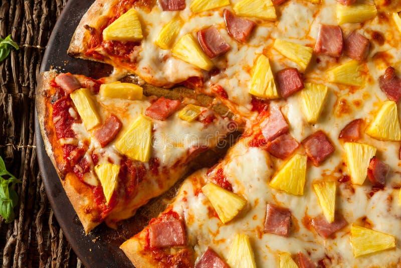 Selbst gemachte Ananas und Ham Hawaiian Pizza stockfotografie