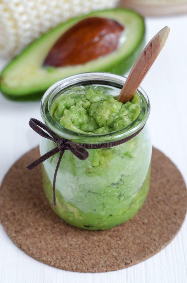 Selbst gemachte Avocadomaske Vorbereitet aus gestampfter Avocado und Olivenöl Diy-Kosmetik stockbild