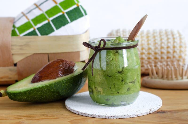 Selbst gemachte Avocadomaske Vorbereitet aus gestampfter Avocado und Olivenöl Diy-Kosmetik lizenzfreie stockfotos
