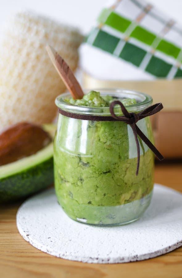 Selbst gemachte Avocadomaske Vorbereitet aus gestampfter Avocado und Olivenöl Diy-Kosmetik lizenzfreies stockfoto
